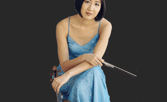 Violinist Linda Wang with a grey background